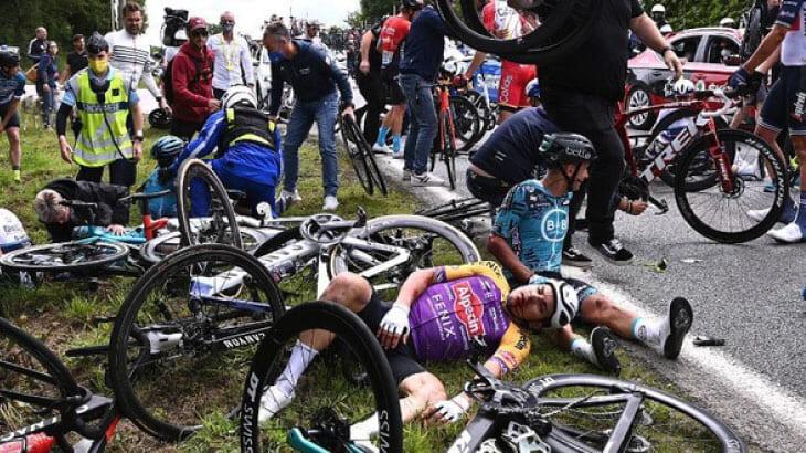 ツール・ド・フランスで大転倒事件!原因となった観客女性の行方は?!